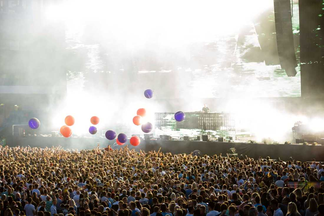 På fredagen hyllades Avicii med en tyst minut på arrangören Live Nations initiativ.
