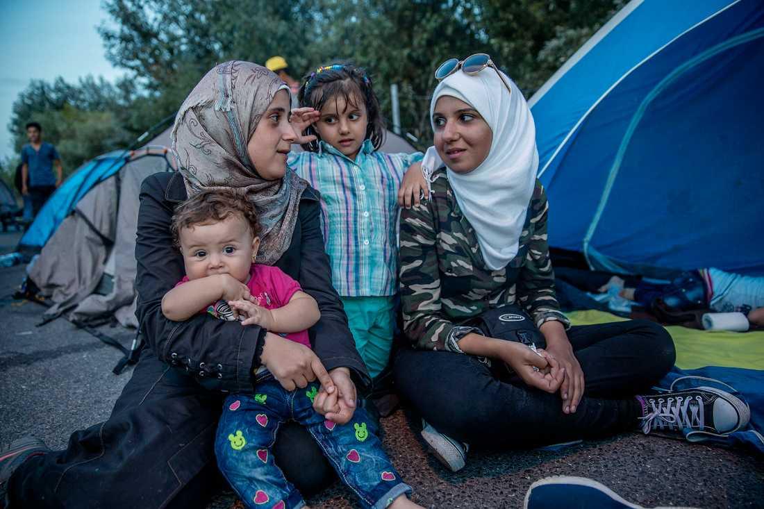 Gränsen mellan Serbien och Ungern är stängd och Marwa Melhen, till höger, med vännen Alaa Moufleh är nu fast på den serbiska sidan.
