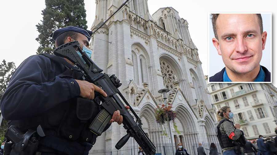 Att inte vilja uppmärksamma hotet från islamismen, till följd av rädsla för vilka anklagelser som kan komma, skapar förlamning i stället för den handlingskraft som är nödvändig. Macron har stakat ut vägen, skriver Tomas Tobé. På bilden beväpnad polis utanför Notre Dame i Nice efter attentatet.
