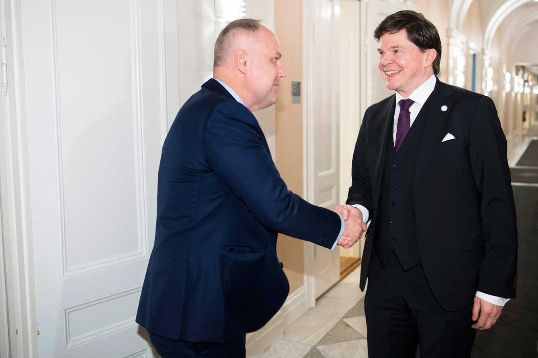 Talman Andreas Norlén tar emot Vänsterpartiet partiledare Jonas Sjöstedt (V)