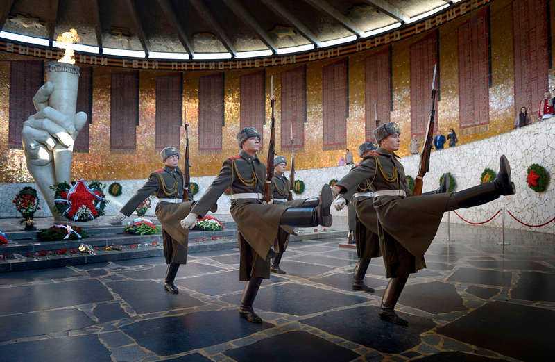1 NOVEMBER, VOLGOGRAD I RYSSLAND Kommunismen lever fortfarande i Volgograd, tidigare Stalingrad. Aftonbladets Peter Kadhammar och Urban Andersson reste i Putins rike och fick uppleva en vaktavlösning i närheten av statyn Mamajev Kurgan - ett magnifikt skådespel.