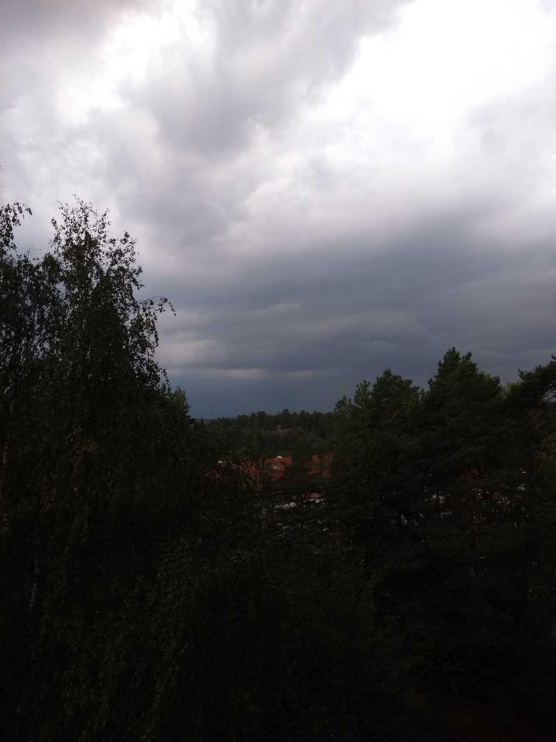 Läsaren Christina har skickat denna bild från Kolmården där det var kraftig åska, mycket regn och flera strömavbrott.