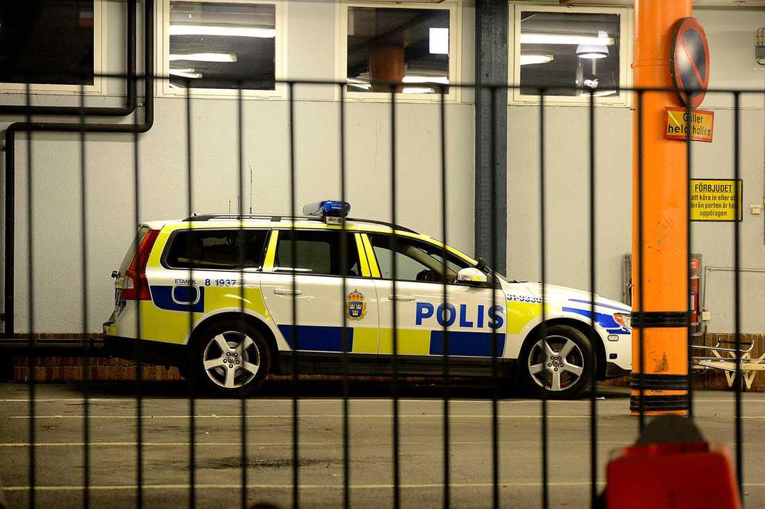 Polisen vakade vid sjukhuset i natt där en av de skottskadade männen vårdades.