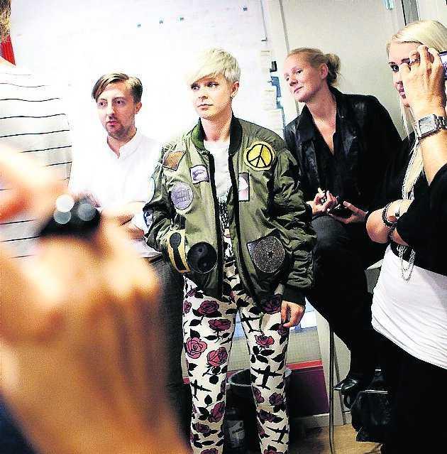 Robyn hänger med sitt band i Nöjesbladets studio.