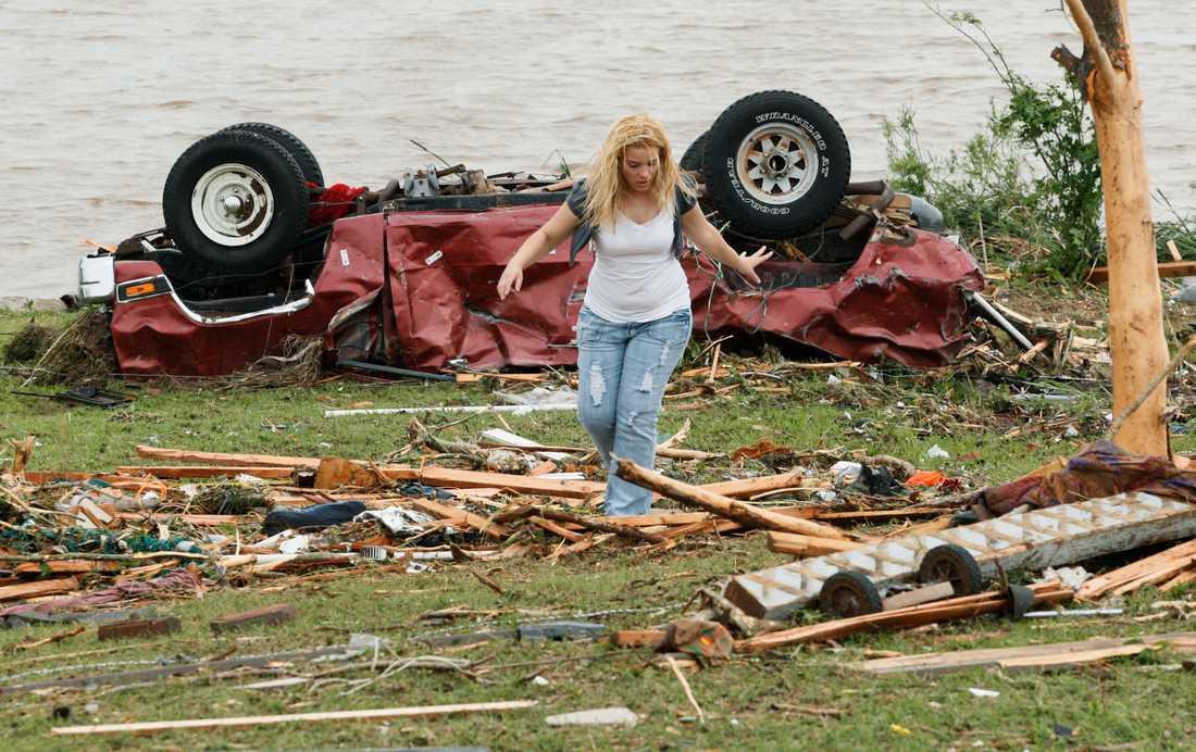 En kvinna letar efter barn som försvunnit när tornadon drig igenom staden Piedmont.