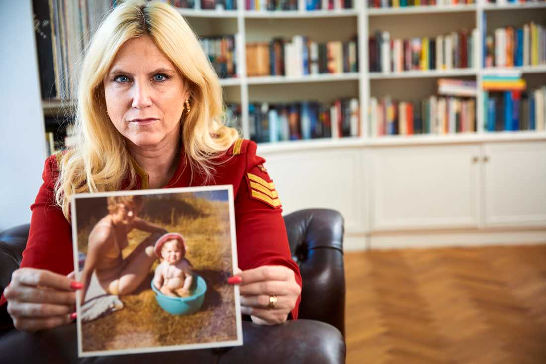 """""""Min mamma har varit helt bannlyst här, hon har inte funnits på en enda bild hemma. Det gör hon nu. Men barnen slutade fråga efter henne för de kände att något inte stämde. Min son Arvid visste inte ens vad hon hette"""", säger Frida Boisen om tiden efter sin mammas självmord."""