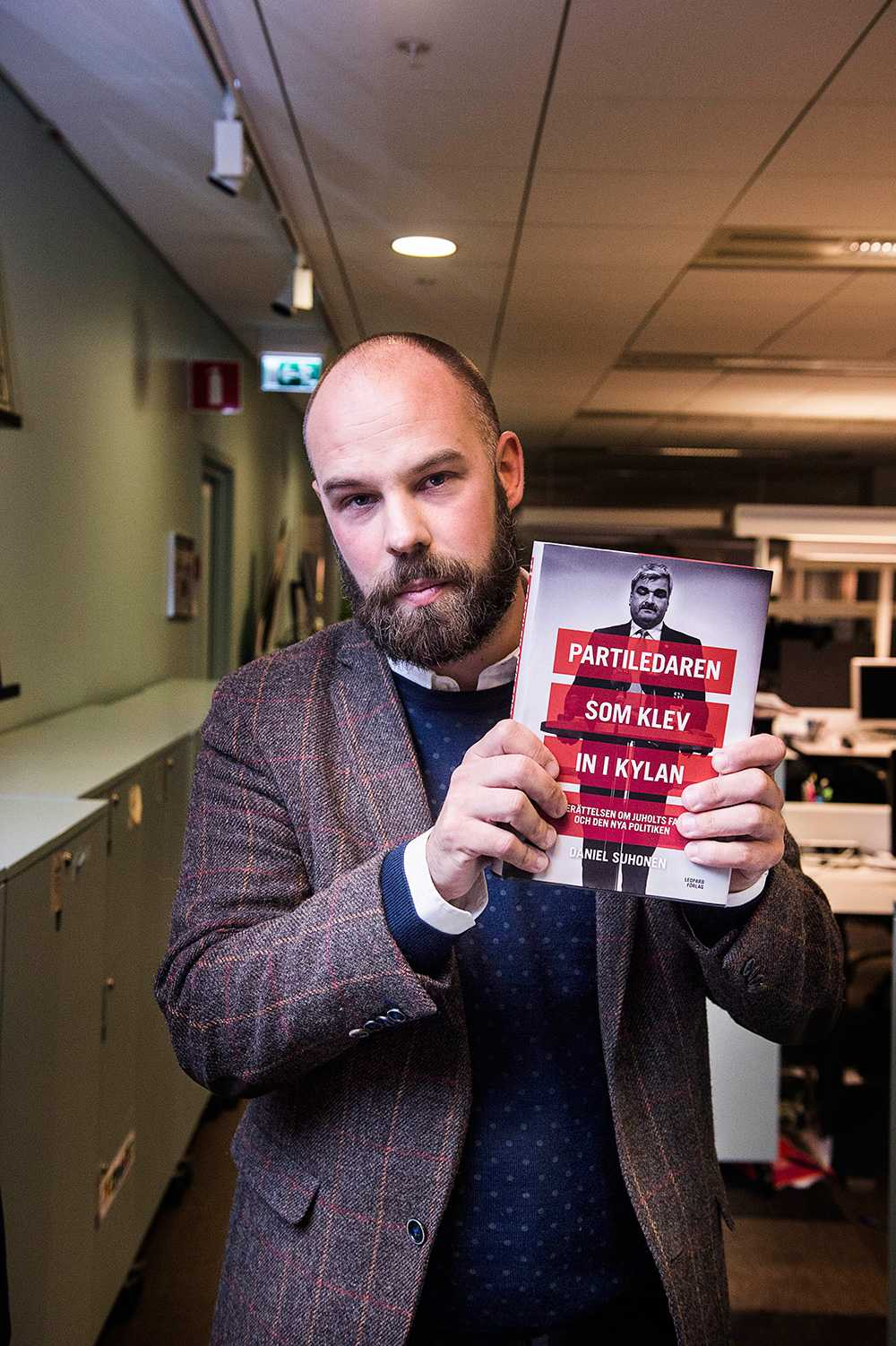 "Daniel Suhonen med sin bok ""Partiledaren som klev in i kylan"". Foto: Fredrik Lerneryd"