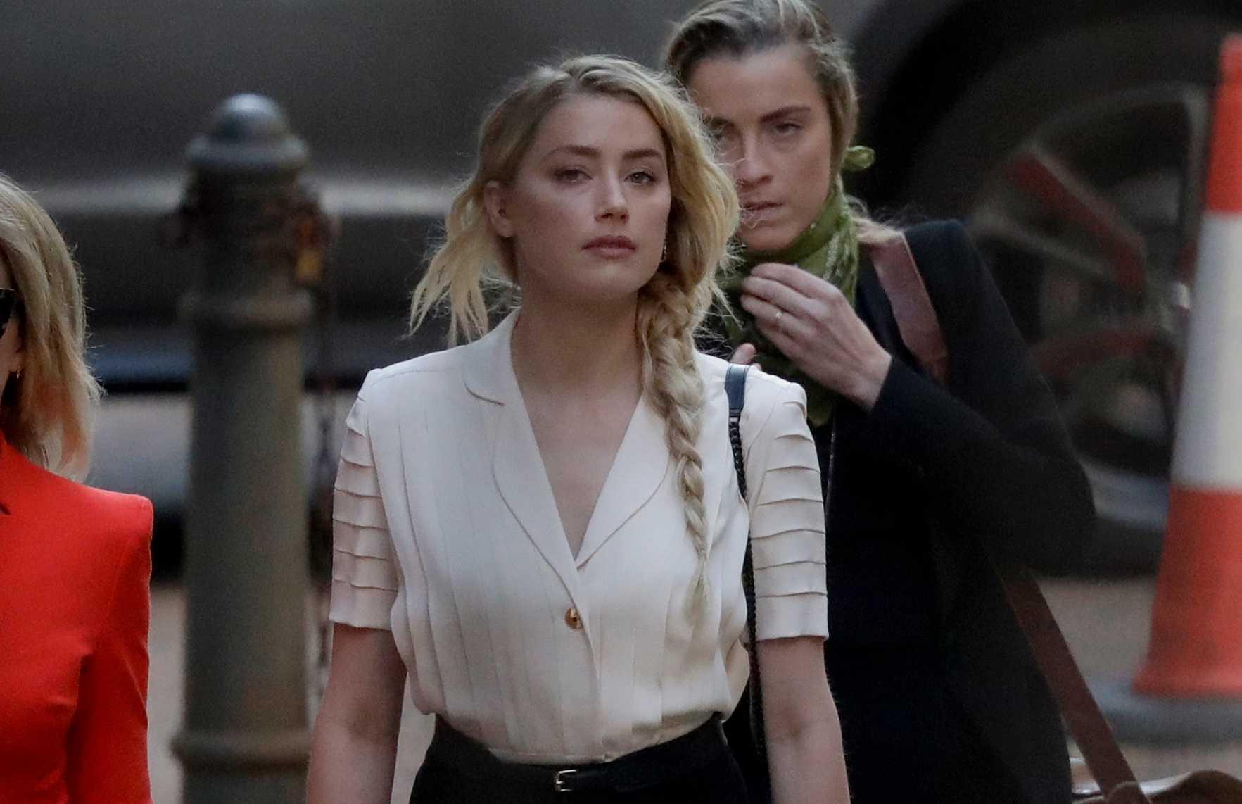 Amber Heard anländer till domstolen i London under måndagen.