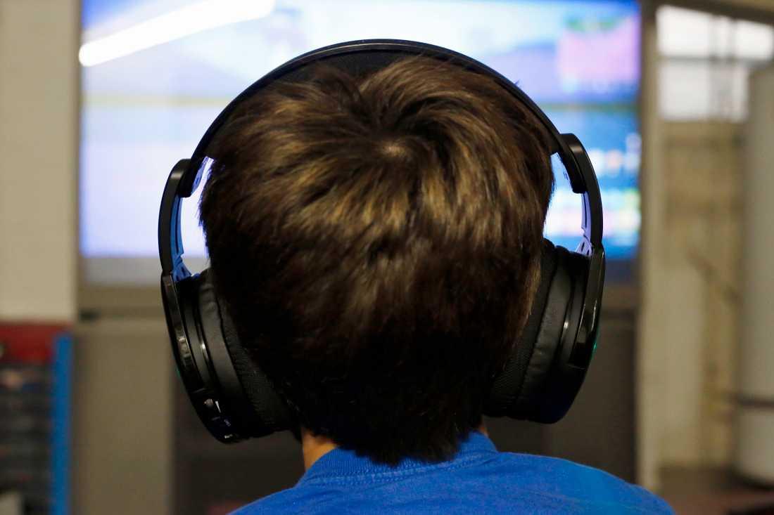 För många unga killar innebär tv- och datorspel med och mot andra en viktig plattform för vänskap. Men spelvärlden innehåller också en hel del kränkningar, enligt en ny undersökning från organisationen Friends. Arkivbild.
