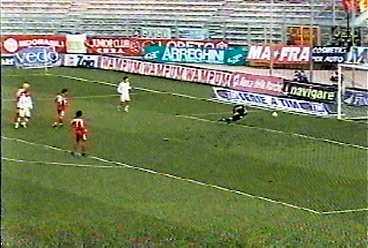 0-2 EFTER 60 MINUTER Lecces Axel Konan skär in från kanten och skjuter från straffområdeslinjen. Bollen går in vid första stolpen.