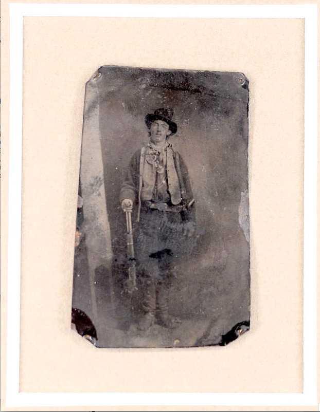Hello, Billy Den enda äkta bilden som finns av Billy the Kid, en 130 år gammal tintype, såldes igår på auktion i Denver. Man hade innan trott att bilden skulle gå för mellan 2-2,5 miljoner, men när sista budet var lagt hade den sålts för rekordsumman 15 miljoner kronor.