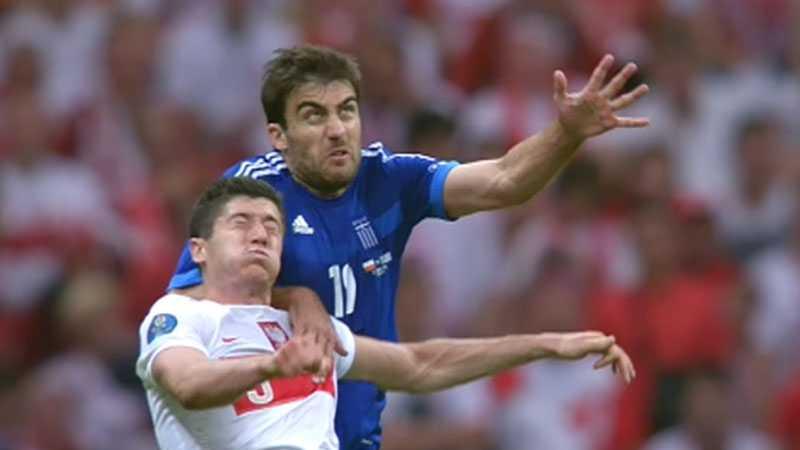 ...och använder armbågen mot polske motståndaren.