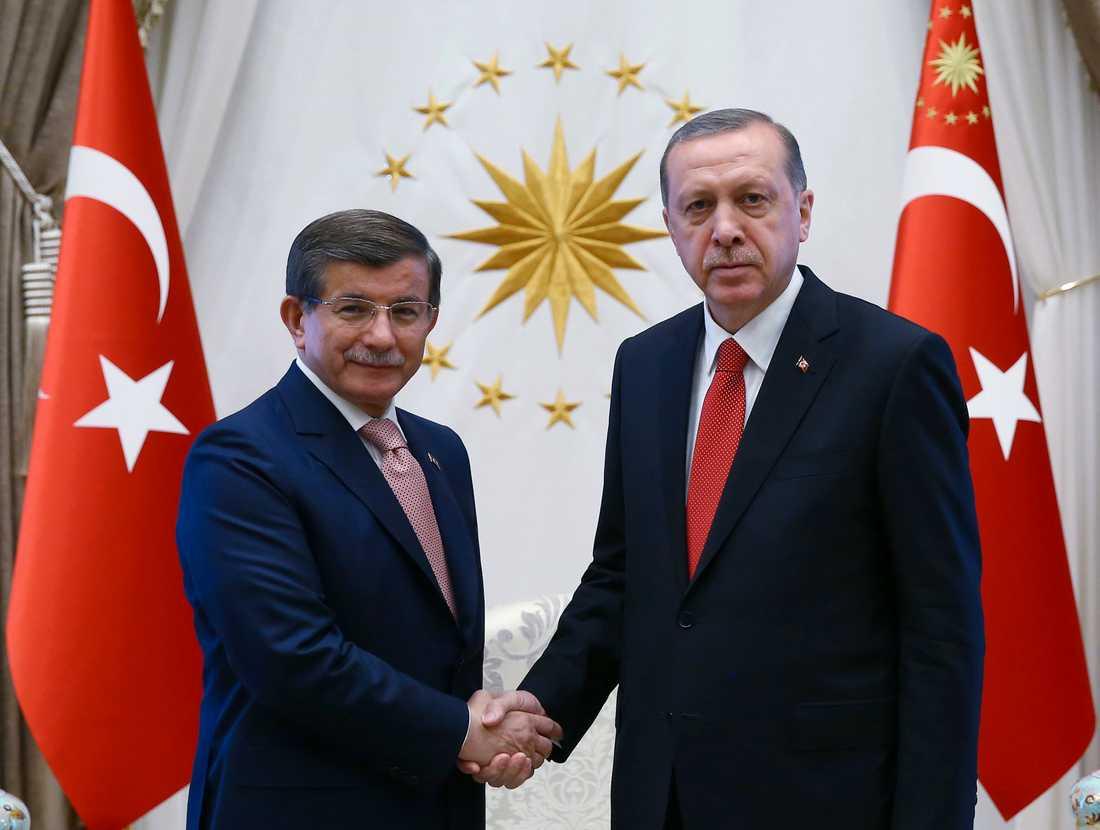 Turkiets expremiärminister Ahmet Davutoglu (till vänster) och president Recep Tayyip Erdogan på en bild från 2016, när de fortfarande var allierade.