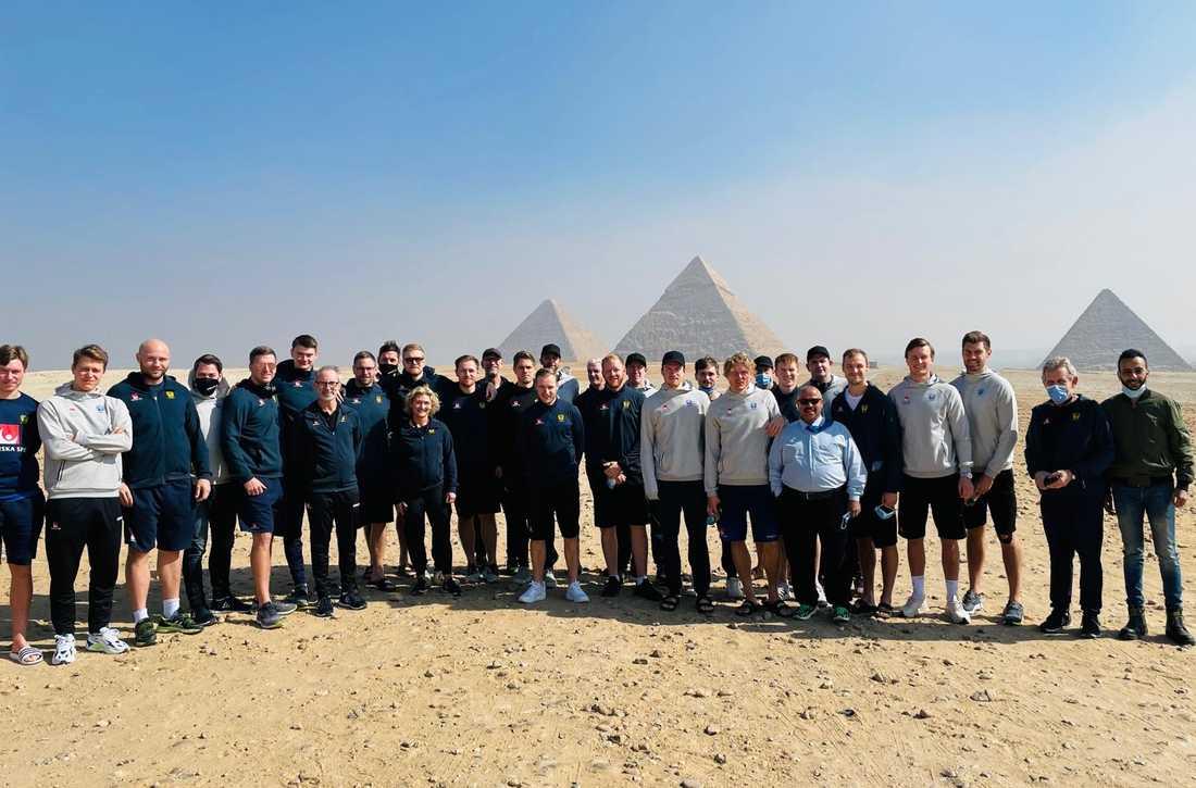Svenska laget vid pyramiden.