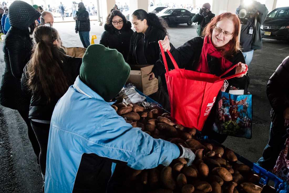 Volontärer delar ut mat till statsanställda under den 35 dagar långa nedstängningen i USA.