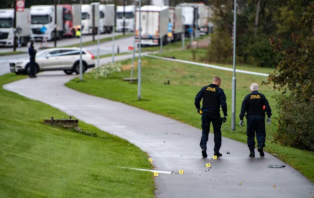 Polisens kriminaltekniker undersöker föremål som slungats iväg vid en kraftig explosion vid en bil på Merkuriusgatan i Helsingborg på måndagen.