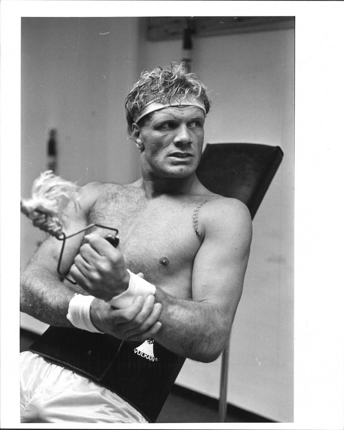 Frank Andersson tränar på gym efter en axeloperation. Odaterad bild från arkivet.