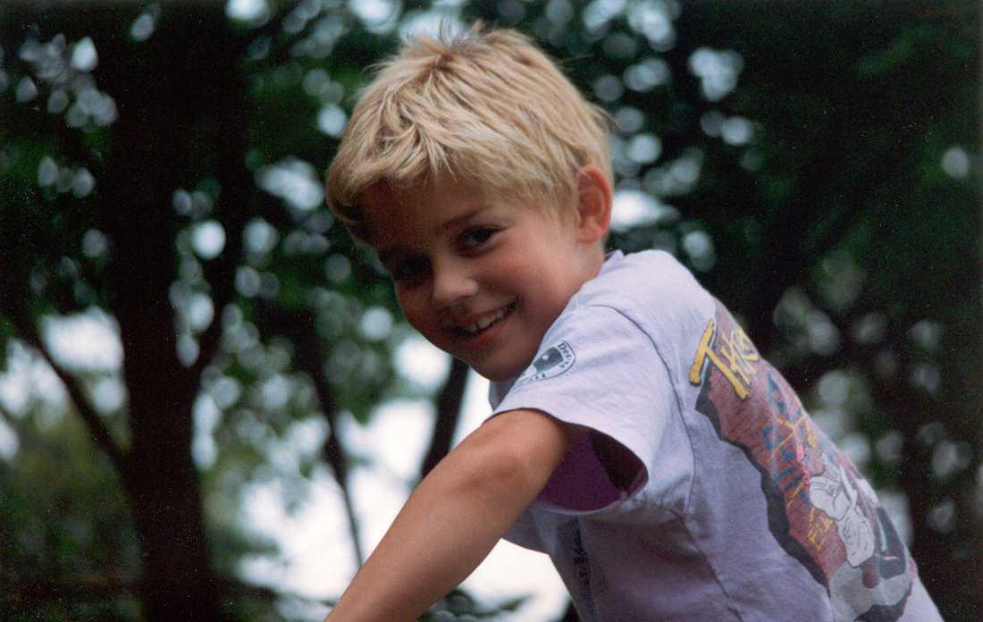 Wille, här nio år gammal, högst upp i klätterställningen. När han skulle börja femman drabbades han plötsligt a demens och gick bort 16 år gammal. Då grundade föräldrarna Helene och Mikk Cederroth Willefonden.