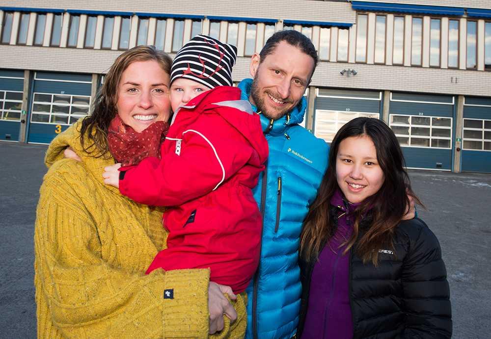 Christoffer Mäkitalo tillsammans med familjen. Annica Waara (till vänster) och barnen Adeline Lindmark (höger) och Novalie Waara.