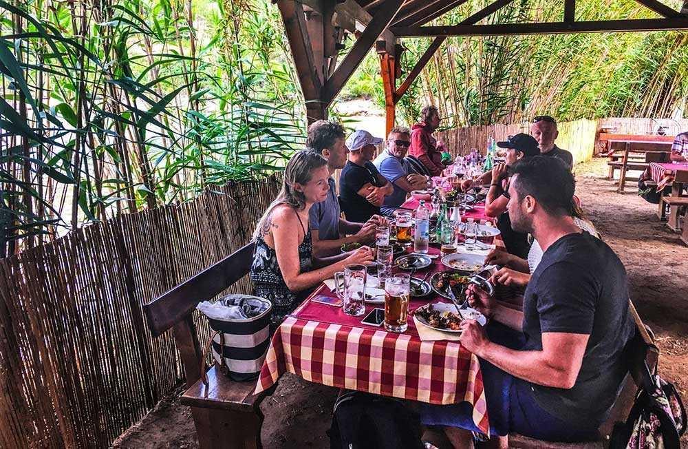Restaurangen i Stoncica ligger vid strandkanten.