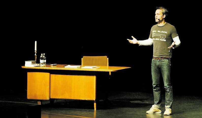 """I """"The 90's - ett försvarstal"""" är Henrik Schyffert helt ensam på scenen. Fredrik Lindström och Martin Luuk har hjälpt till med manus."""