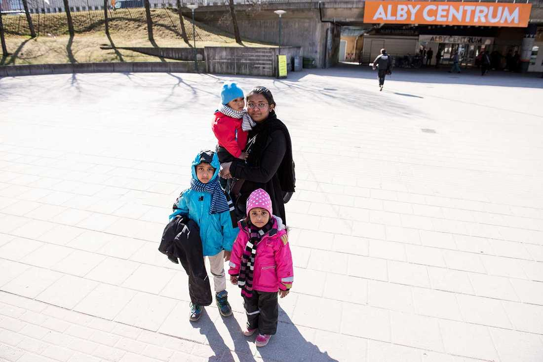"""""""Man märker att många är arbetslösa i Alby. De sitter och snackar, dricker kaffe"""", säger Shanika Piris, 27, här med barnen Deshan, 5, Demini, 4, och Detun, 2."""