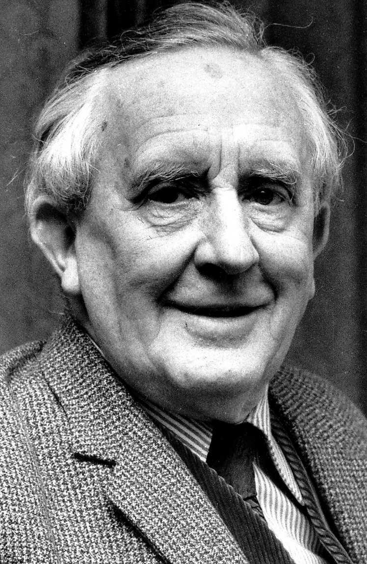"""John Ronald Reuel Tolkien (1892–1973) var språkprofessor vid Oxfords universitet när han i början av 30-talet började skriva """"Bilbo – En hobbits äventyr""""."""