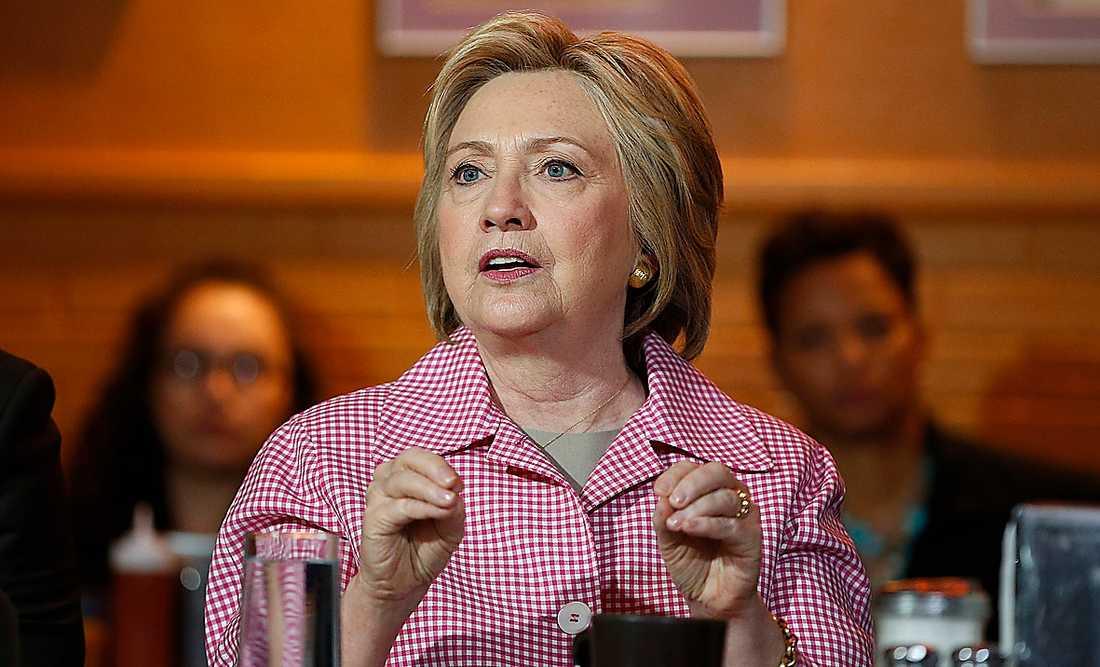 Hillary Clinton reser land och rike runt för att värva röster inför presidentvalet i höst.
