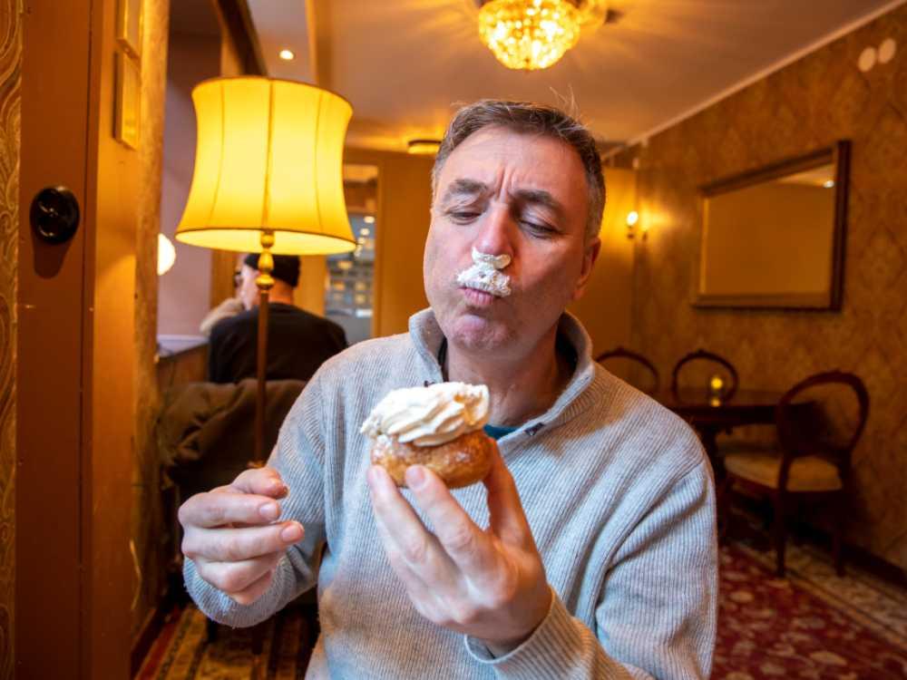 Tareq menar att det inte går att äta semlor med värdighet. Han har nog rätt.