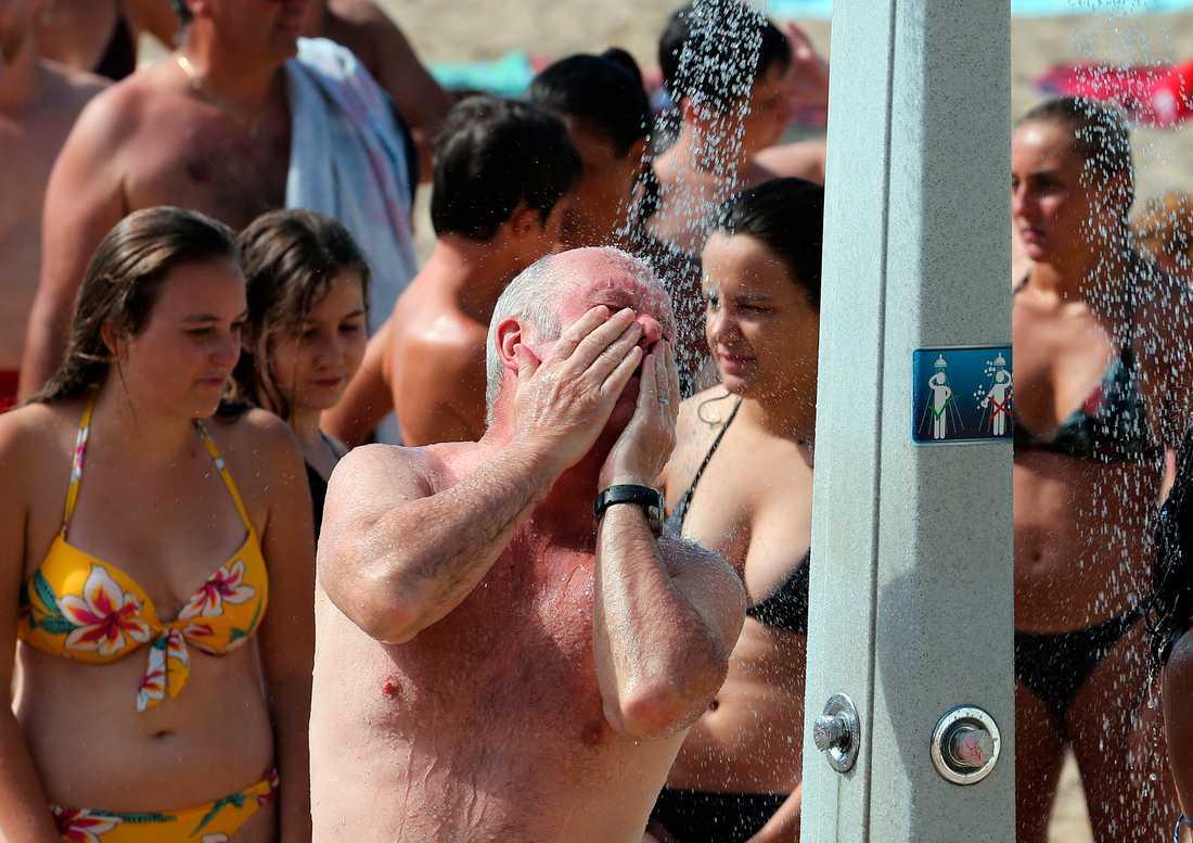 Die Leute kühlen sich an einem Strand in Biarritz ab.