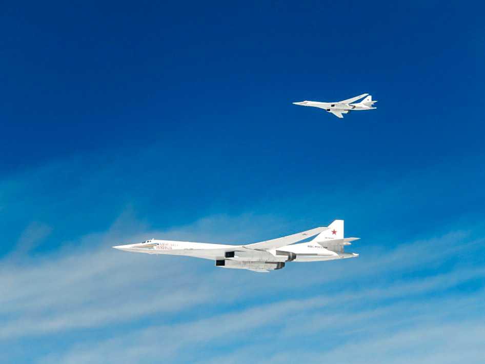 Franska försvarministeriets bilder av de båda ryska flygplanen.