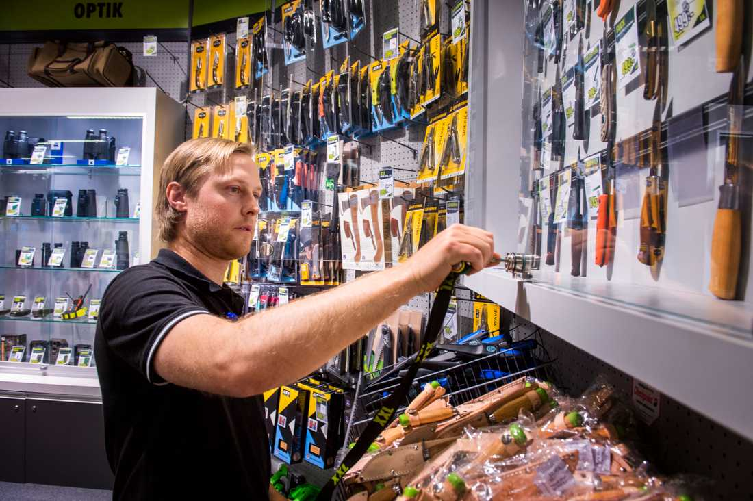 Även XXL butiken i Västerås låser in sina knivar efter morden på Ikea. -Vi vidtar de säkerhetsåtgärder vi kan genom att låsa in knivar och sätta buntband på vanliga arbetsknivar typ moraknivar, säger Marcus Tallroth Säljledare Vapen/ Vildmark XXL.