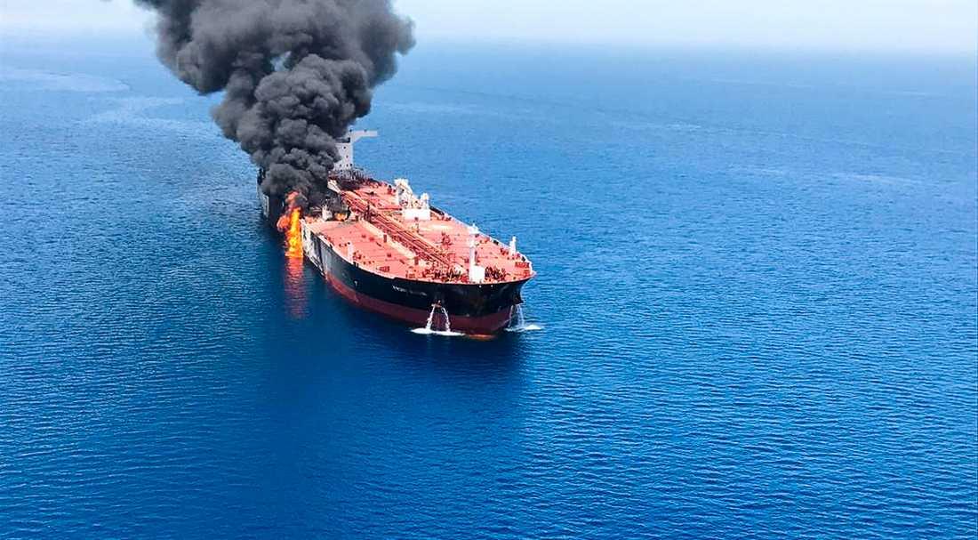 Den norska oljetankern Front Altair står i brand efter ett angrepp i Omanbukten den 13 juni.