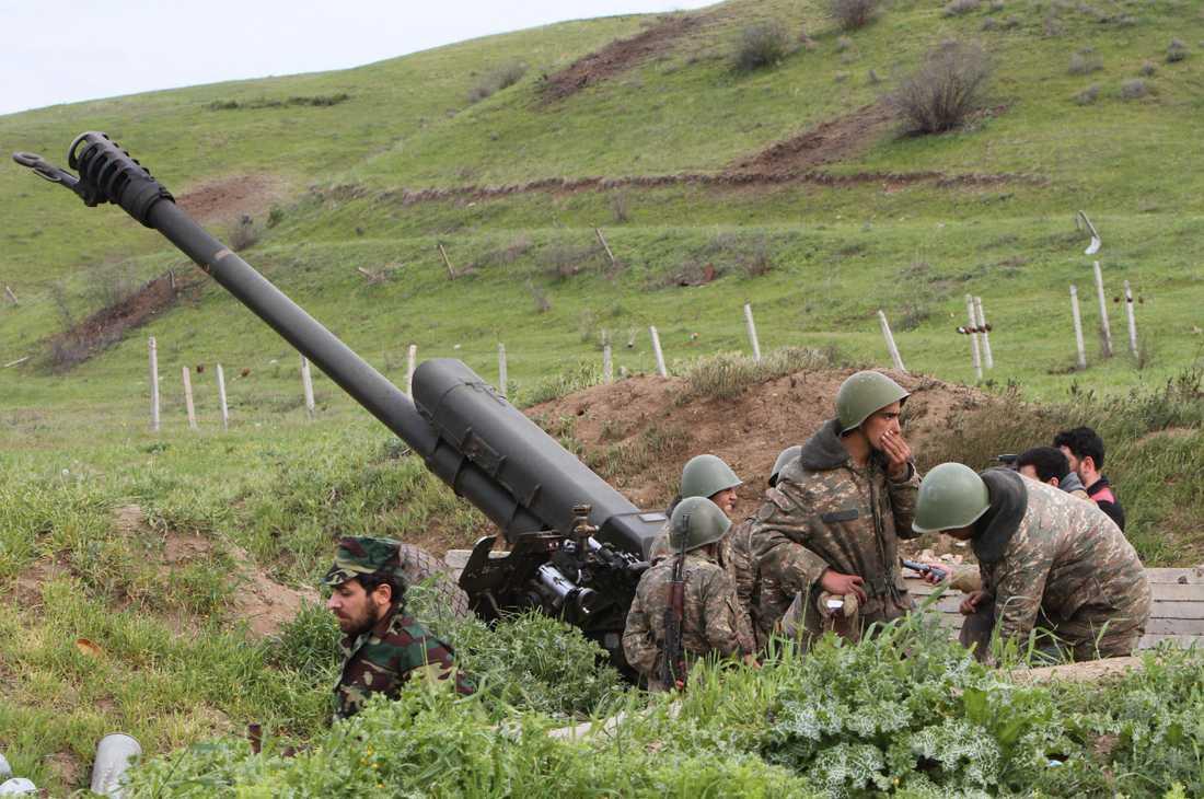 Armeniska soldater vid en haubits i Nagorno-Karabach i en bild från 2016.