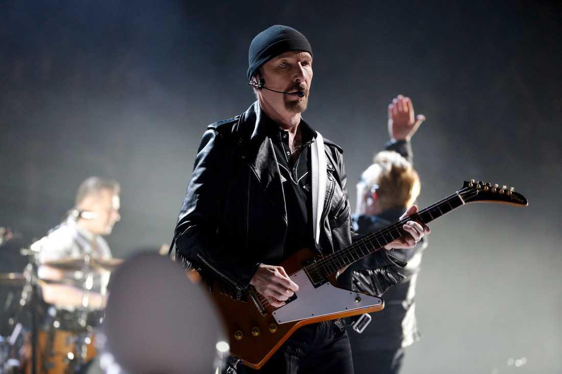 The Edge kan göra det mesta på en rockscen. Men som byggherre har han en bit kvar.
