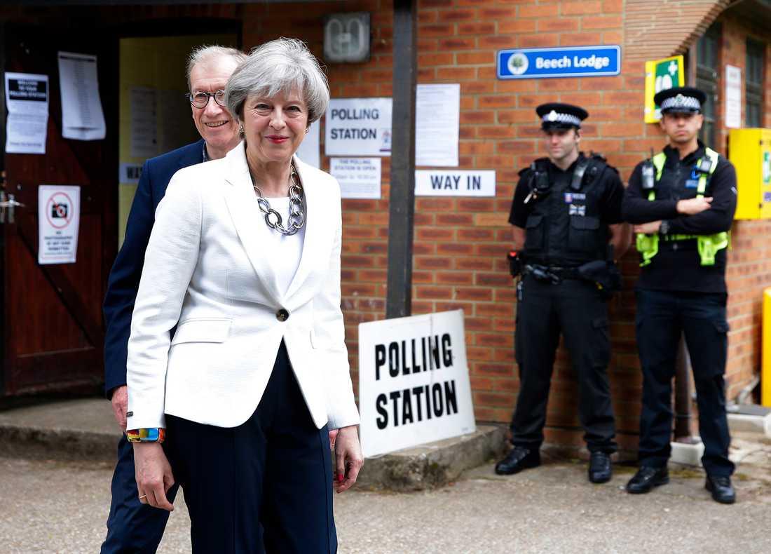 Primiärminister Theresa May med maken Philip efter att ha röstat i Maidenhead, England.
