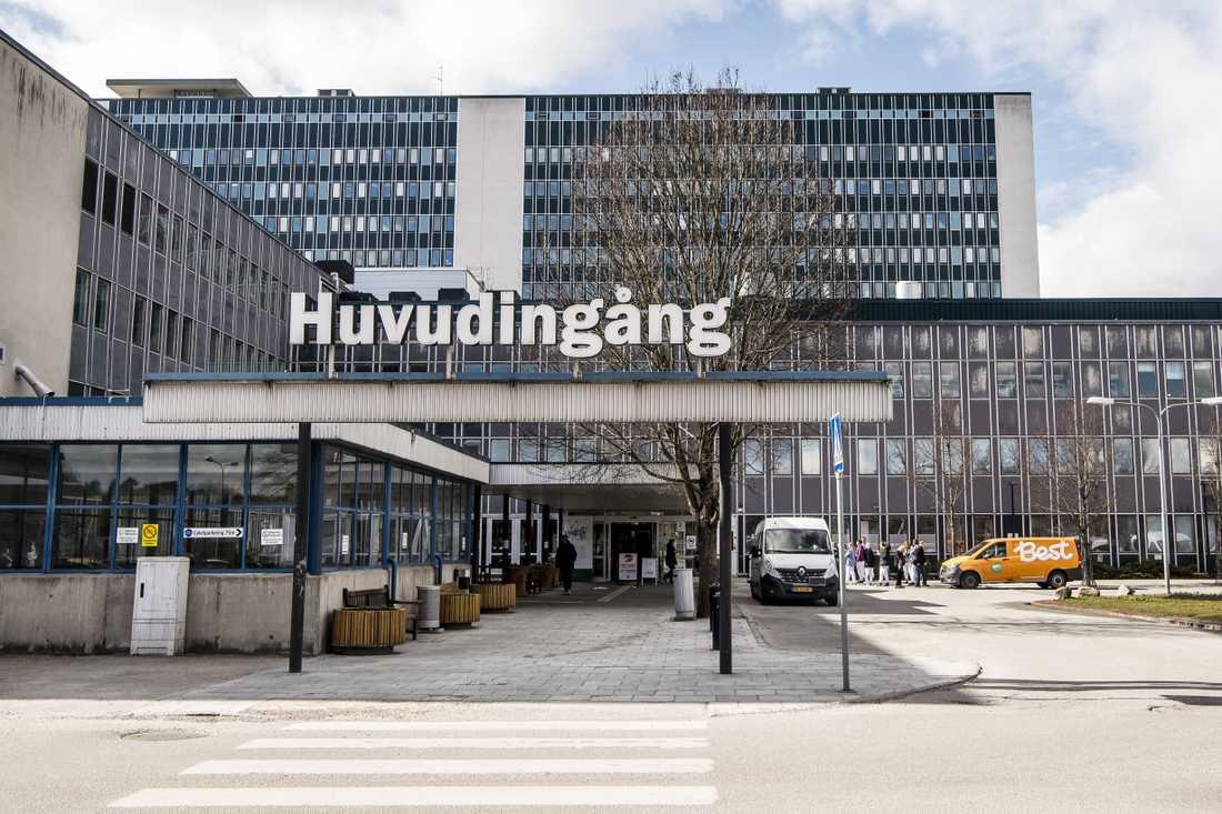 Två läkare vid Danderyds sjukhus får kritik av IVO.