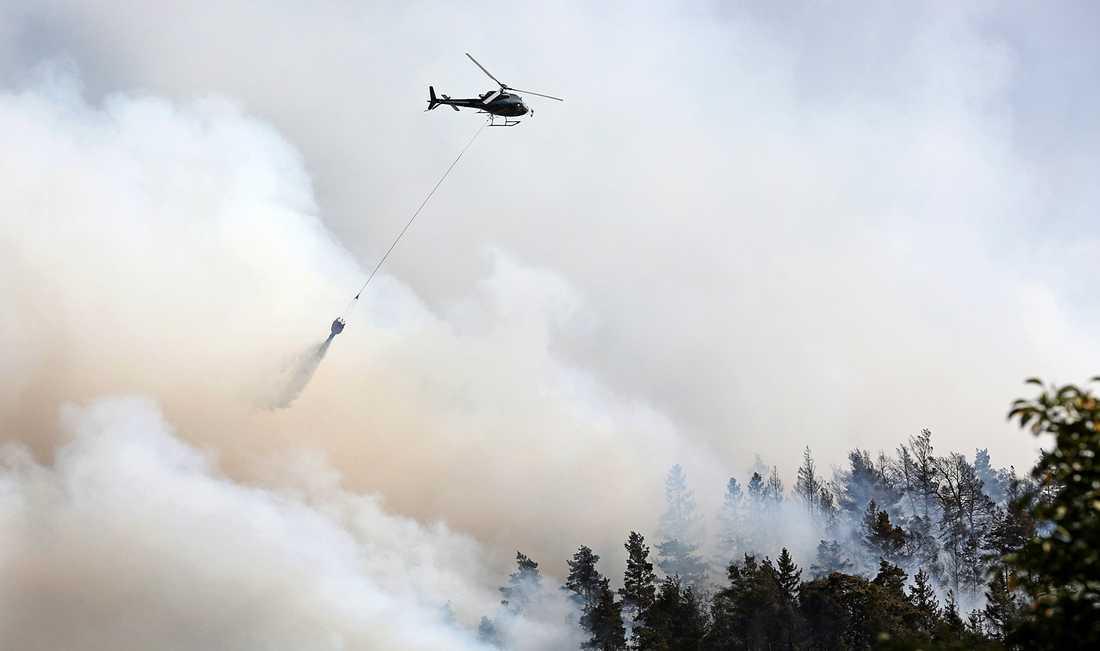 Branden bekämpas med vattenbombning från helikoptrar.