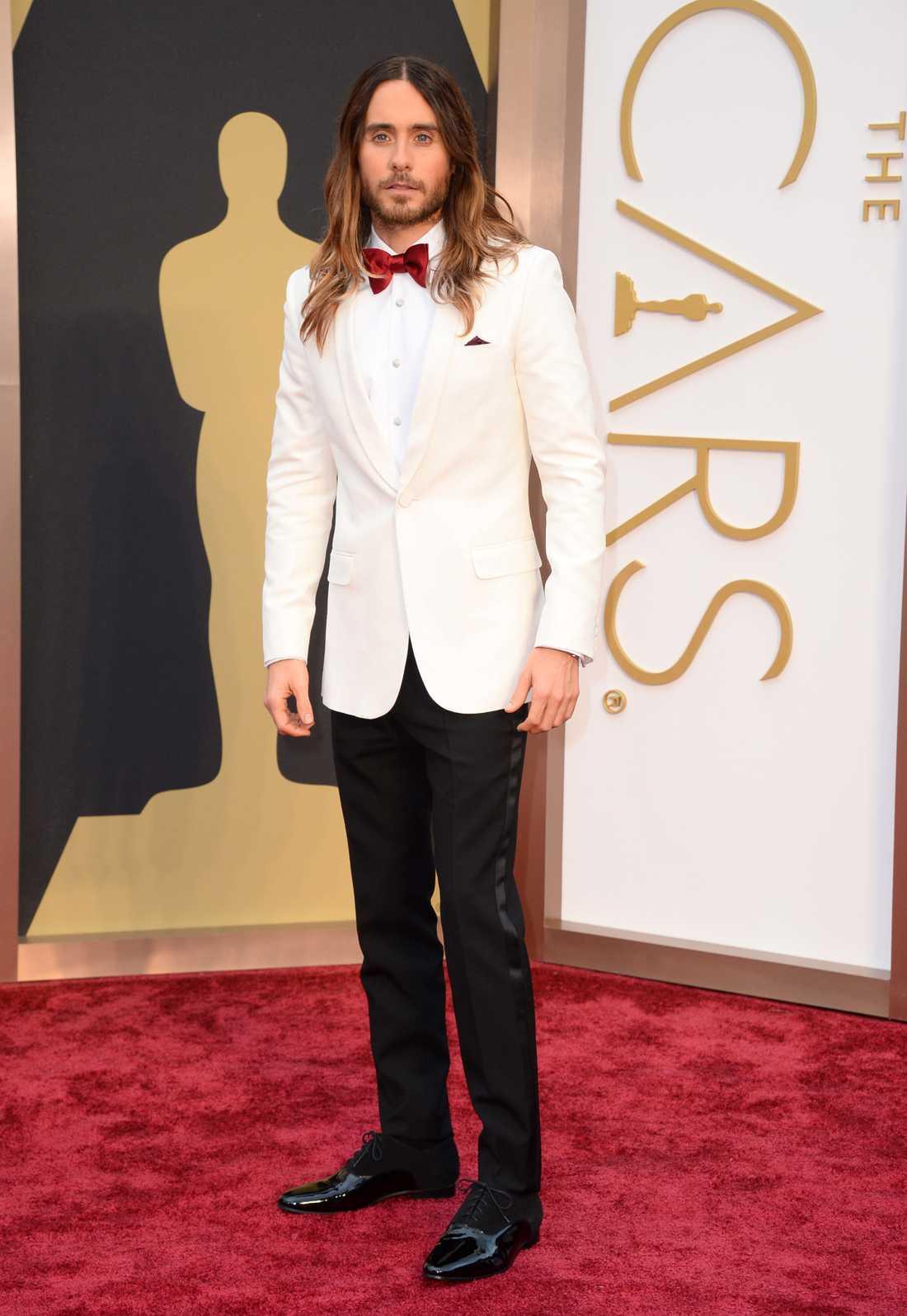 """++++ Jared Leto: """"Man kan lita på Jared Leto! En kille som aldrig skulle gå på röda mattan i något helkonventionellt. Han har ändå förmåga att sticka ut på ett elegant och klädsamt sätt i den här kreationen från Saint Laurent!"""""""
