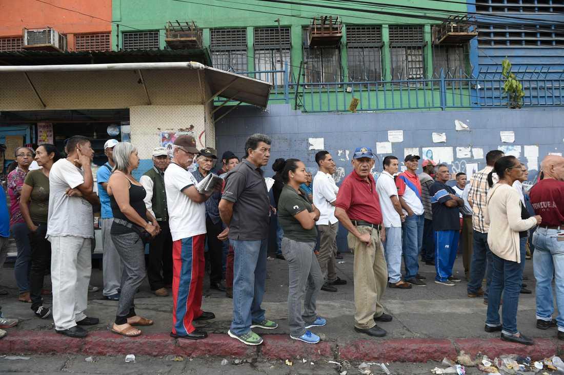 Val i Venezuela – invånare köar utanför en röstningslokal.