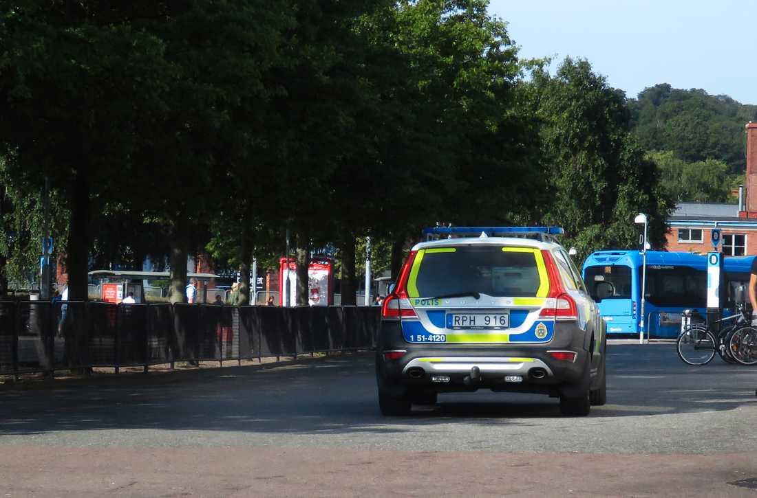 Två unga män knivrånades vid Hjalmar Brantingplatsen i Göteborg. En av dem knivskars så svårt att han senare avled på sjukhus.