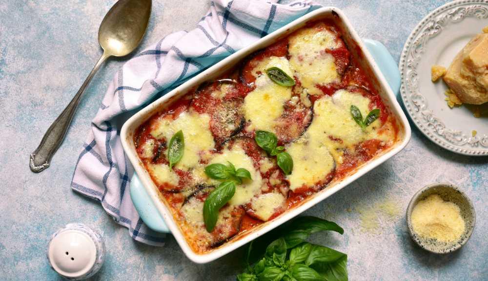 Auberginegratäng med mozarella och parmesanost.