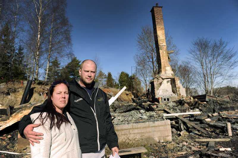 """BARA SKORSTENEN KVAR  Fyrabarnsfamiljen Sandberg/Fredriksson fick hjälp av """"Arga snickaren"""" att renovera sitt hus. Några månader senare brann det ner till grunden. Linda och Magnus vädjade om att slippa vara med i programmet. """"Vårt liv har försvunnit och vi vill inte behöva se det på tv"""", sa Linda."""