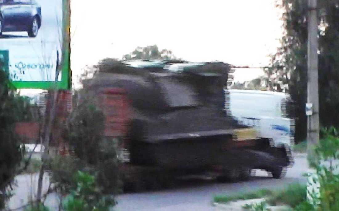Bilden, som Ukrainas säkerhetstjänst har släppt, visar hur en lastbil transporterar ett BUK-missilsystem genom den ukrainska byn Krasnodon mot den ryska gränsen. Detta ska ha skett kort efter attacken mot MH17.