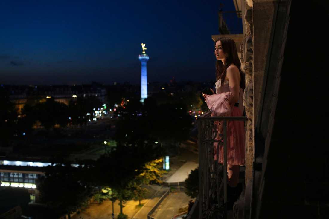 """Lily Collins spelar huvudrollen i """"Emily in Paris"""", som fått recensenter och tittare att engagera sig i seriens kvalitet. Pressbild."""