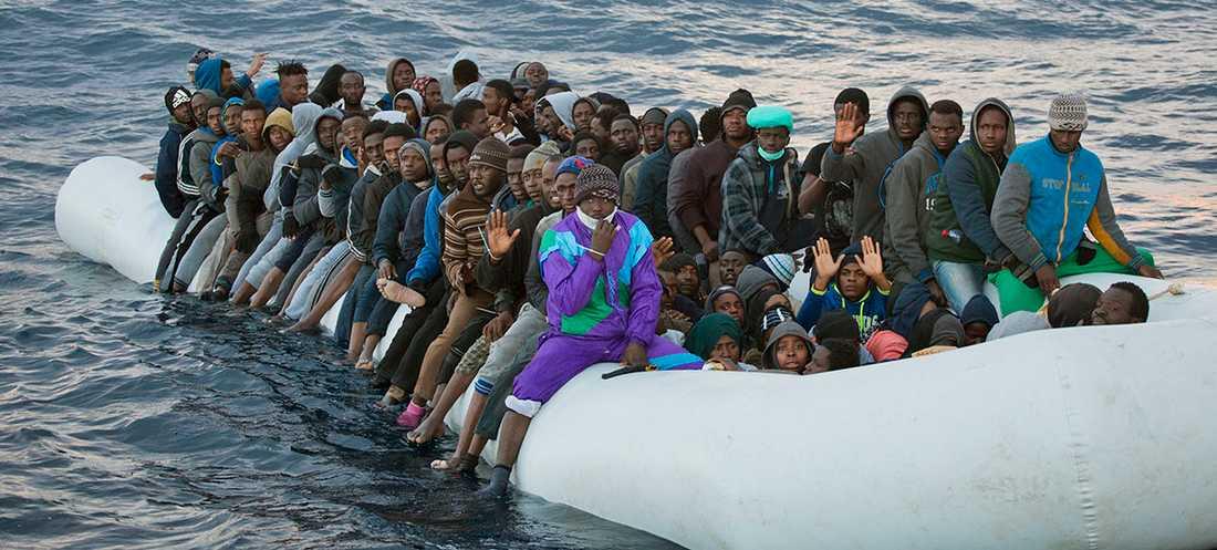 Flyktingbåt i Medelhavet 2017.