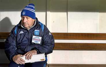 den gamle och bänken När Guy Roux började träna Auxerre var klubben ett amatörlag. Han själv har blivit en institution i Frankrike med sin ovårdade stil och burdusa sätt.