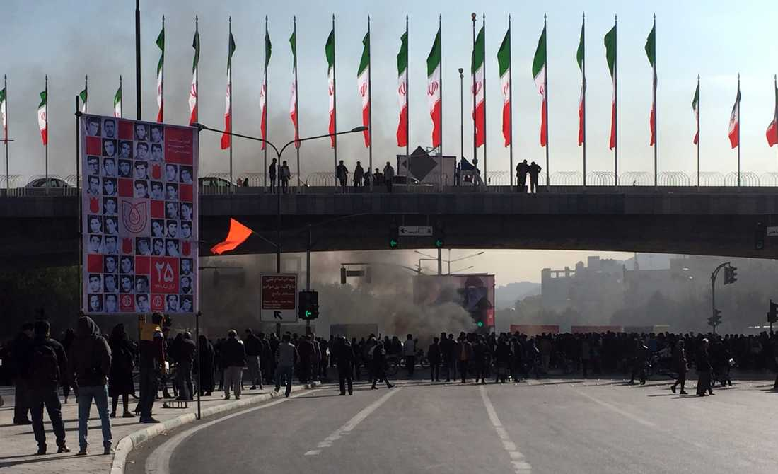 Rök stiger under en demonstration i Isfahan i Iran den 16 november.
