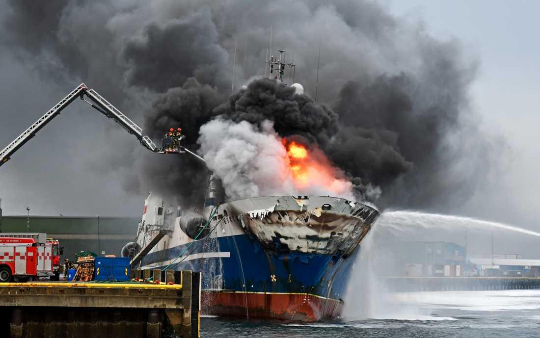 Fartyget har brunnit i ett dygn och utgöt explosionsfara.