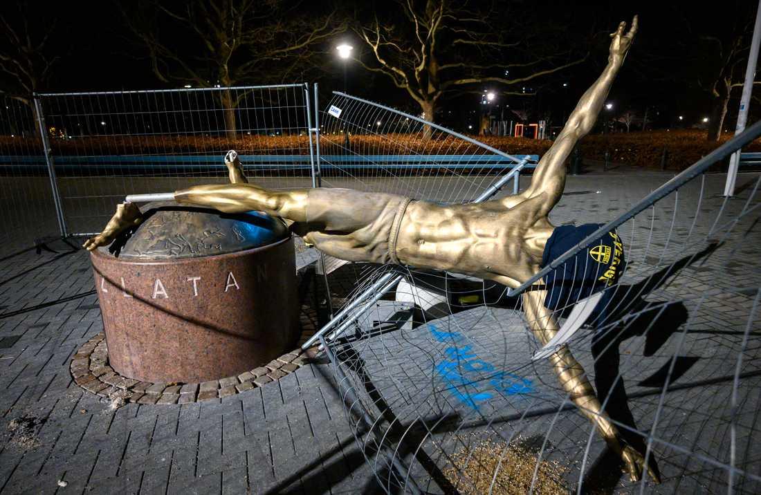 Efter att båda benen kapats på statyn av Zlatan Ibrahimovic forslades skulpturen bort för renovering. Arkivbild.